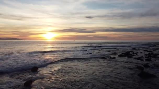 kilátás a tengerparton Zumaia néhány szörfös a naplementében