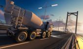 Fotografie Seiten- und Rückansicht eines Zementmischers und eines Tanklastwagens auf einer Brücke