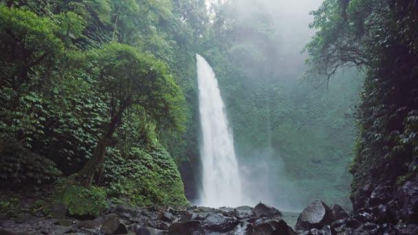 Nung Nung vodopád s mocný tok v Bali, Indonésie. Tropický prales a vodopád