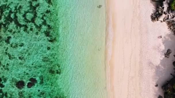 A tropical beach, türkizkék tengervízzel, légi drone felvételeket felülnézet