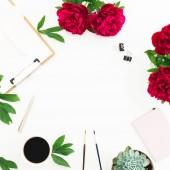 pastelově růžové růže a schránky s šálkem kávy na bílém pozadí. Pohled na ploché ležel, top. Vzor květiny růžové květy
