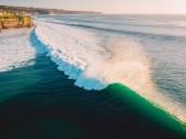 Fotografie Letecké fotografování velkých vln při západu slunce. Největší vlny oceánu v Bali