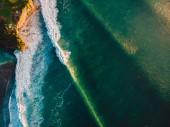 malebný výhled na mořské hladině s bílými nadýchanými vlny