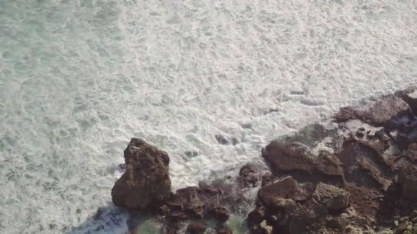 Moře s vlnami, kameny a skály