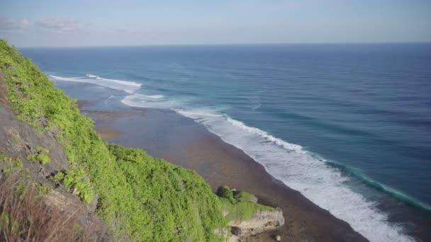 Krásný pohled z útesu s modré moře při odlivu a vlny