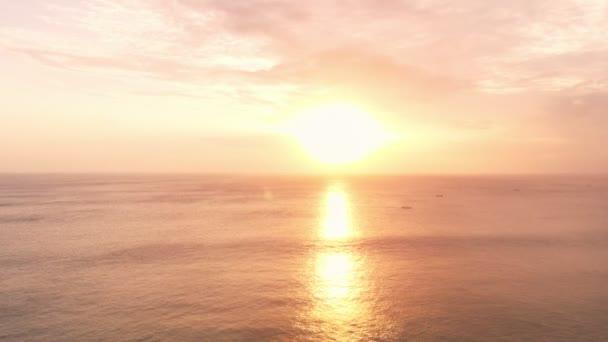 Letecký pohled na oceán a vlny s teplým světlem slunce