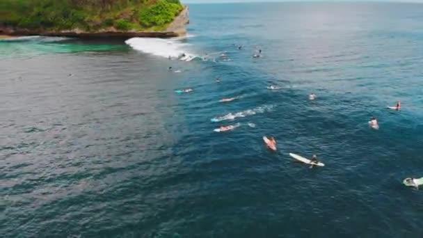 A légi felvétel a hullám, az óceán és a szörfösök. Hullámok és a szörfözés