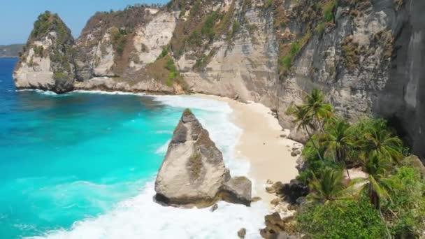 Diamond beach s skalnatého útesu na ostrově Nusa Penida. Letecké dron pohled tropické krajiny