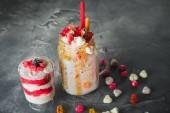 Rosa Einhorn Milchshake mit geschlagener Sahne und süße Dessert, Tropfen Sauce und Zucker Süßigkeiten