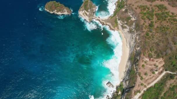 Letecký pohled na skály, oceán a pláž na ostrově Nusa Penida.