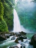 Fotografie Silný vodopád s mlhou. Tropický prales a Nung Nung vodopád