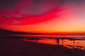 Oceán a barevný západ slunce nebo východ slunce na pláži