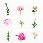 Virágos kompozíció peonies, rózsa, Hypericum és eukaliptusz, fehér alapon. Lapos feküdt, felülnézet