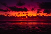 Oceán a barevný západ slunce nebo východ slunce na Bali. Přirozené pozadí