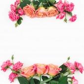 Kopírovat prostor s kyticí růžovými růží květiny na bílém pozadí