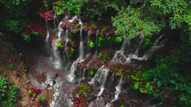 Úžasný vodopád v tropickém lese. Bali, Indonésie. Letecký pohled
