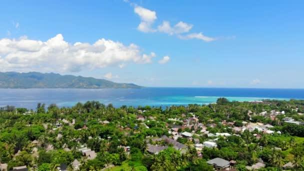 Trópusi sziget faluval és türkiz óceánnal, légi kilátással. Gili-szigetek