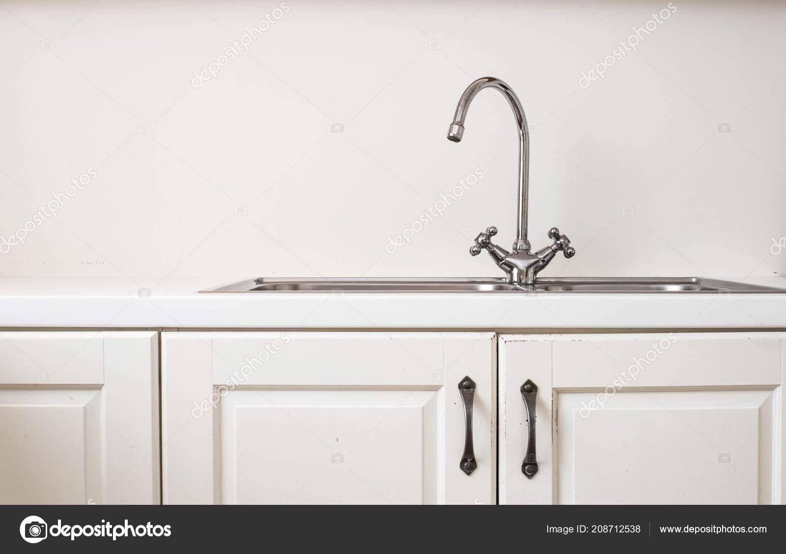Retro Design Keuken : Moderne witte keuken met houten accenten en ijzer wastafel close up