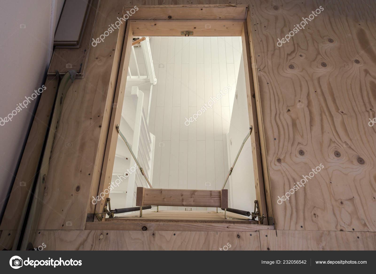 Scaletta In Legno Pieghevole : Scala in legno alla soffitta in una casa moderna vuota u foto