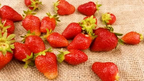Červená čerstvá zblízka jahody na povrch tkaniny pytloviny.
