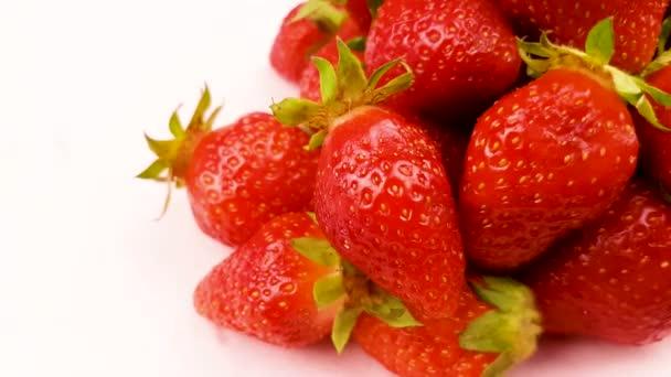 Červená čerstvá jahoda zblízka makro.