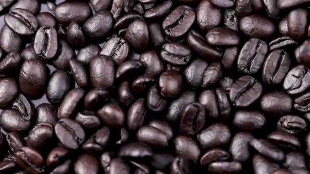 schwarze Kaffeebohnen Muster rotierend. Nahaufnahme Makro.
