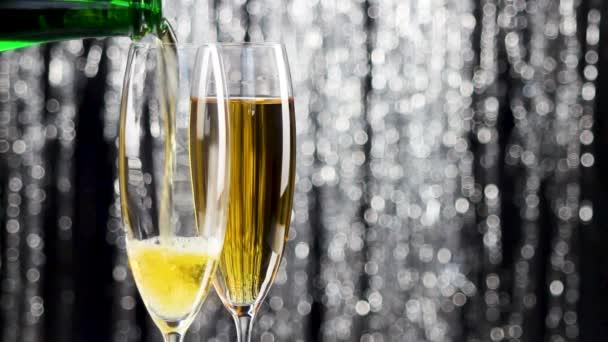 pozlátko dvě sklenice šampaňského a láhev šampaňského s vánoční dekorace.