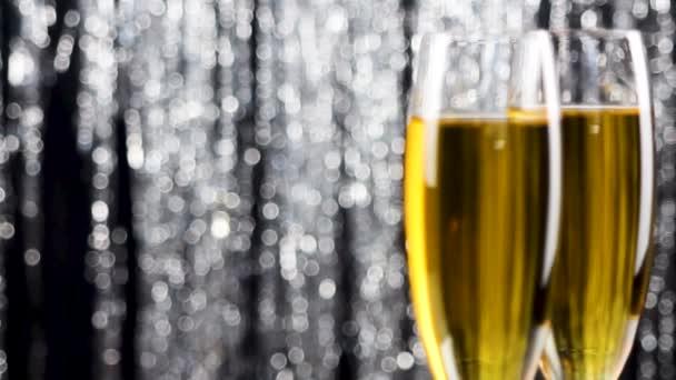 Zár-megjelöl-ból két pezsgős pohár át holiday talmi bokeh villogó háttér.