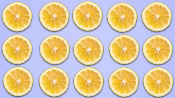 Abstraktní barevná animace nakrájené citrony na modrém pastelových pozadí. 4k bezešvé