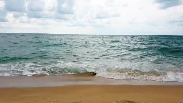 Mořské vodní vlny se posílají na pláž. Přírodní oceán.