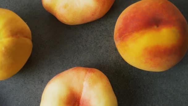 Közelről yammy friss őszibarack a sötét háttér felületén. Szép nyári gyümölcsök felülnézet. 4k felvételek.