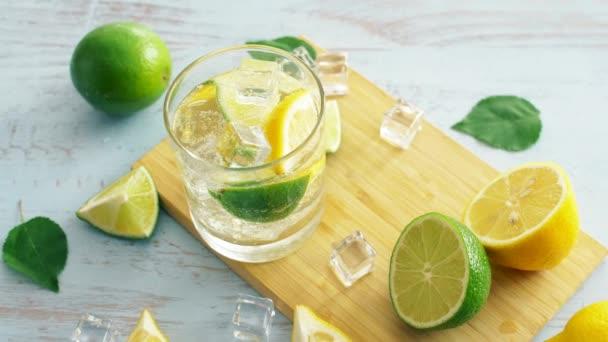 Nahaufnahme von frischem Cocktail mit Zitrusfrüchten auf dem Holztisch. Nahaufnahme. Sommergetränk. 4k.