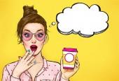Fotografie Erstaunt Pop-Art-Frau mit Kaffeetasse. Werbung, Poster oder Party-Einladung mit sexy Girl mit Wow-Gesicht im Comic-Stil