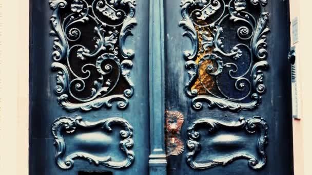 Vintage kovové vstupní dveře s různými dekoracemi zavřít.