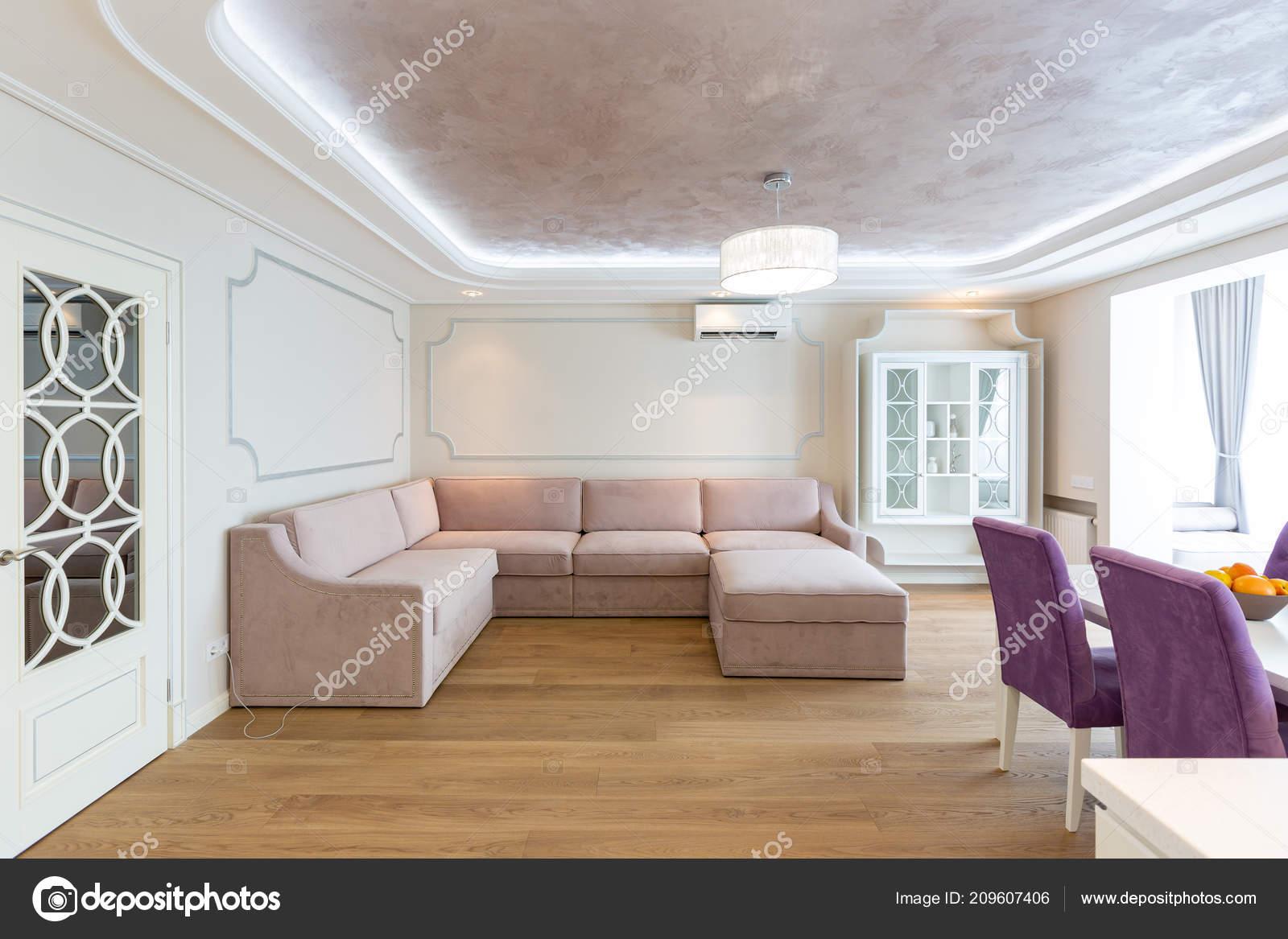 Paars Woonkamer Interieur : Moderne woonkamer interieur met paarse bank een grote kroonluchter
