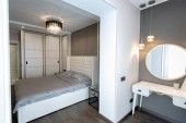 Photo Modern bedroom interior with a big bed and a Chandelier