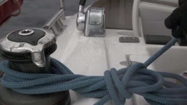 Kéz tartja a kötél csörlő közel, lassú mozgás.