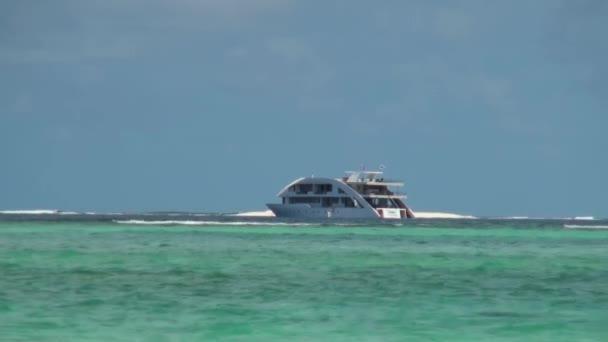 Fehér jacht tiszta tiszta hullám, háttérben a horizonton, Maldív-szigetek
