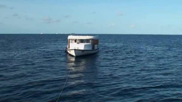 Hajó a kóc a háttérben a tenger víz felszínén a Maldív-szigetek