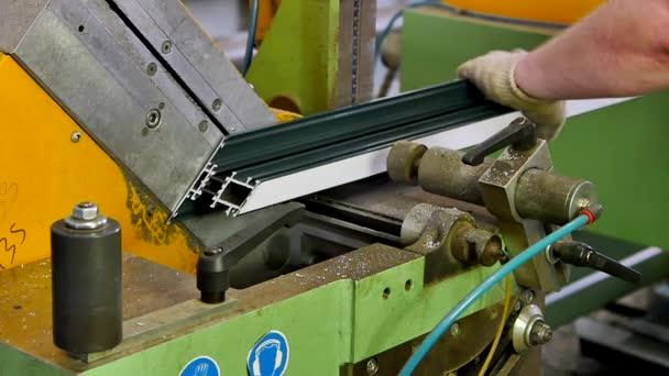Pracovní ruce hliníkový profil s kotoučovou pilou na tovární Zpomalený pohyb.