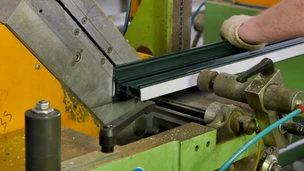 Pracovní ruce hliníkový profil s kotoučovou pilou na stroj v továrně