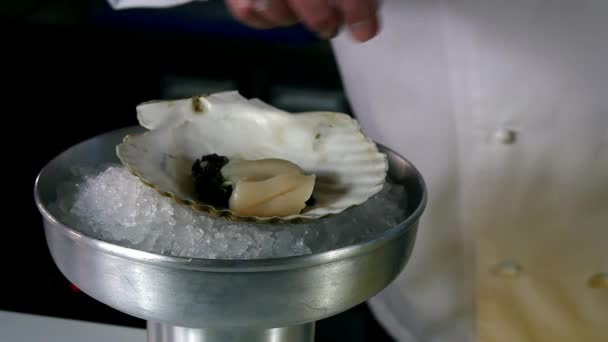 Kuchař připravuje moře salát z mušle