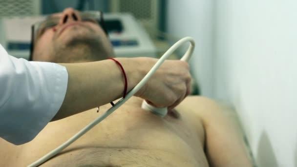 Arzt untersucht Herz des Patienten mit Ultraschall.