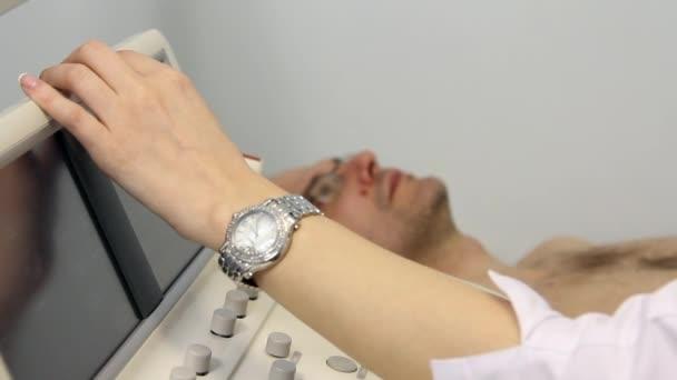 Arzt untersucht Patienten Herz mit Ultraschall.