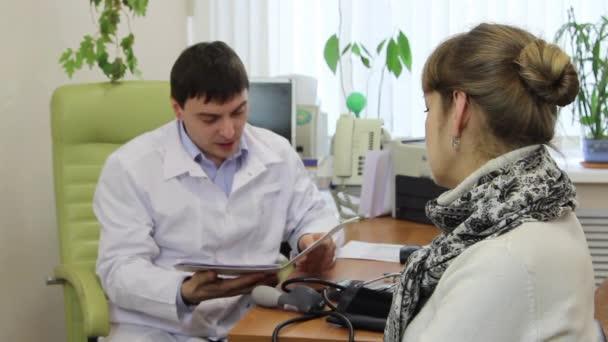 Hausarzt misst Blutdruck der Patienten.