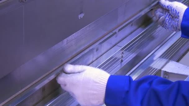 Ohýbání hliníkového profilu na průmyslové stroje v továrně