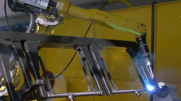 Laser dellargon saldatura di metallo ferro sulla macchina Cnc industriale in fabbrica.