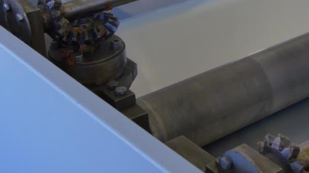 Umschlagrolle für Metallbeschichtung auf Industriemaschine in Fabrik.