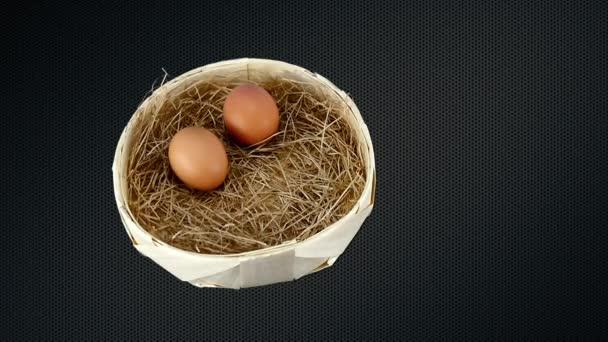 A másik kettő egy kosárban, szalmával a tojás zsemle.