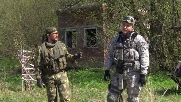 Kommandant des Gaming-Teams in Militäruniform gibt eine Installation auf Spiel.